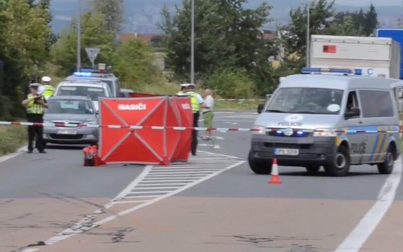 Mladá žena se sluchátky vstoupila v Plzni do vozovky, srazil ji náklaďák. Na místě zemřela.