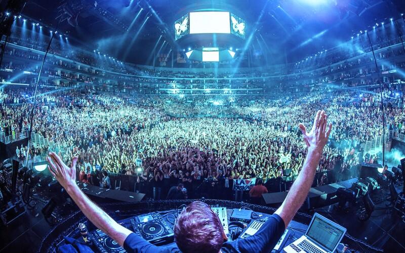 Popol verného fanúšika vystrelil DJ Tiesto na koncerte z kanónu na konfety. Chcel, aby zažil euforickú masu 70-tisíc ľudí.