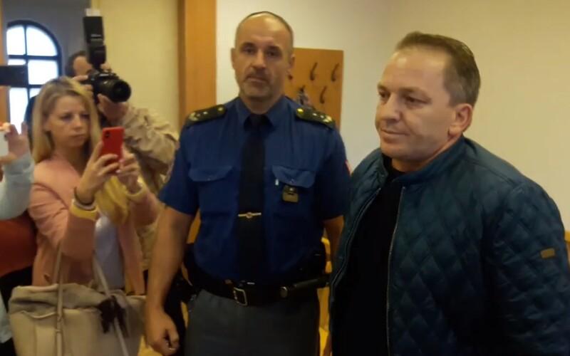 Muž zastřelil v Rokycanech svou družku před očima pětiletého syna, dostal 16 let.