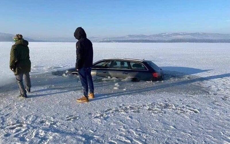 Slováci se vydali s autem frajeřit na zmrzlou přehradu, propadli se pod led.