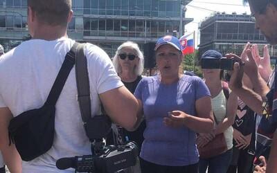 NAŽIVO: Demonštranti sa opäť schádzajú v Bratislave. Slovne útočia na novinárov a aj dnes chcú blokovať cesty (+foto a video)