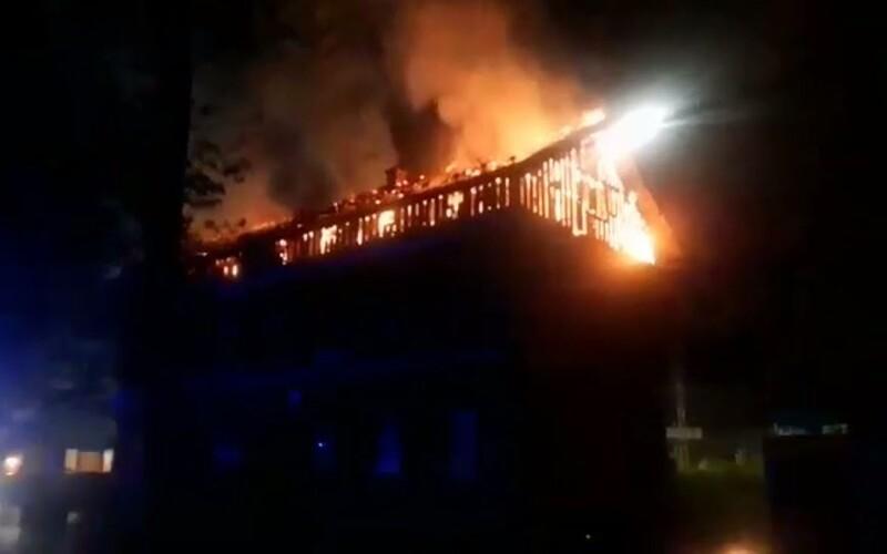 V Žiline v noci vypukol obrovský požiar, celá strecha bytovky zostala v plameňoch. Museli evakuovať 100 ľudí.
