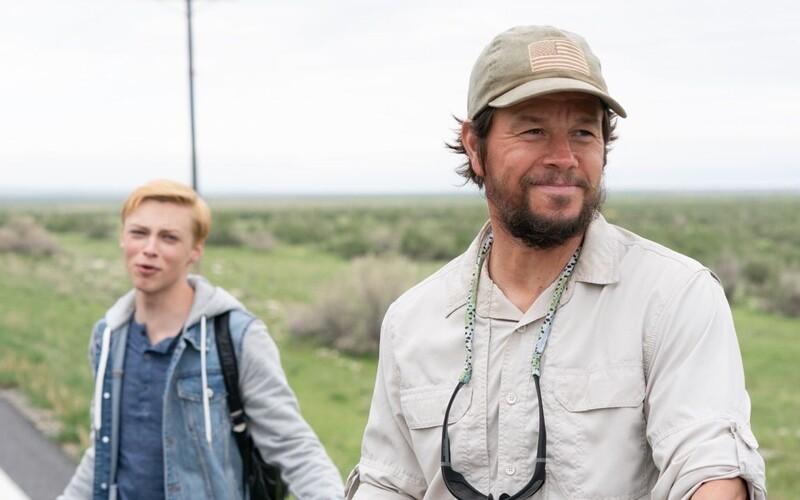 Mark Wahlberg zpívá se svým homosexuálním synem LGBT hymnu. Šikana ale dovede chlapce k sebevraždě.