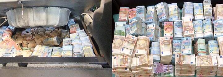 Albánci v autě převáželi 31 milionů korun, které vyčmuchal policejní pes. 13 kilogramů kokainu v jejich domě u ohajoby také nepomohlo
