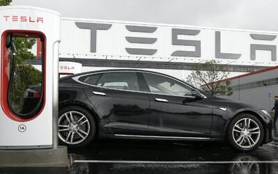 Elektromobil Tesla zišiel z cesty a narazil do stromu, pri nehode zomreli dvaja ľudia. Za volantom nikto nesedel.