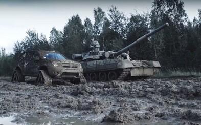 Dacia Duster s pásmi si to rozdala v extrémnom teréne s tankom. Ako to dopadlo?
