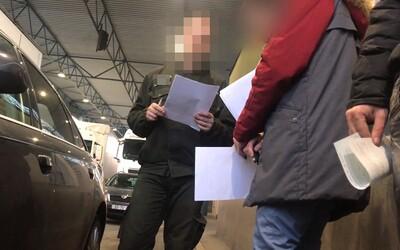Dajte mi 20 € na kávičku. Slovenský colník si pýtal úplatok na hranici s Ukrajinou, natočili ho skrytou kamerou