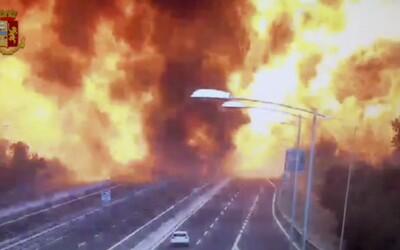 Dálnice v Bologni zažila výbuch jako z akčního filmu. Po dálnici zbyla jen obří díra