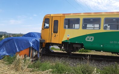 Další nehoda na českých kolejích: Vlak narazil do dodávky, zraněný řidič byl převezen do nemocnice