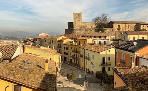 Další italská vesnička nabízí domy za 25 korun, tentokrát jsou podmínky mnohem jednodušší