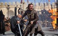 Ďalšie obrázky z Assassin's Creed ukazujú Fassbendera ako assassina, ale i civila v Animuse