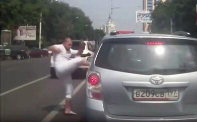 Ďalšie video potvrdzuje, že agresivita na ruských cestách nepozná hranice
