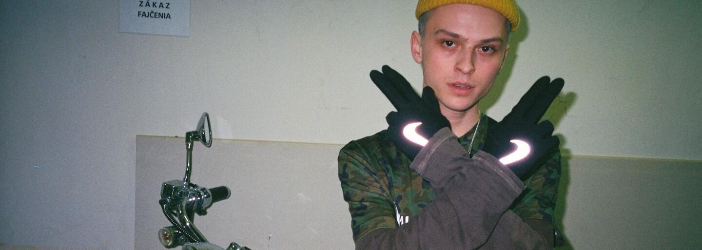 Dalyb rapuje aj v ďalšej skladbe zo svojho albumu a tentokrát nielen na refréne. Sleduj vizuál na Pištole & Ruže