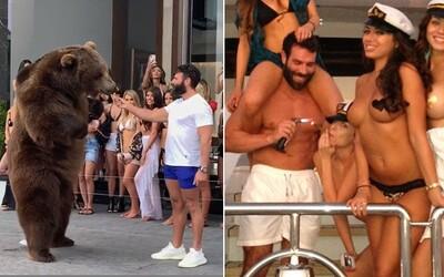 Dan Bilzerian na party krmil medvěda. Lidé mu ve velkém nadávají, že zvířata do zábavního průmyslu nepatří