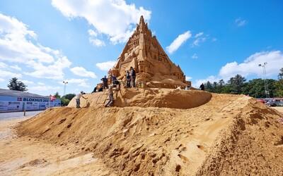 Dáni postavili najvyšší pieskový hrad na svete. Navrchu 21-metrovej stavby je model koronavírusu s korunou