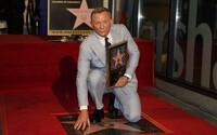 Daniel Craig získal hviezdu na Hollywoodskom chodníku slávy. Rami Malek ho poctil dojemným príhovorom