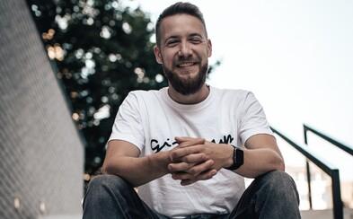 Daniel Pražák o distanční výuce: V mikrofonu občas slyším žáky, jak místo učení paří Minecraft. Důležité je si to nebrat osobně