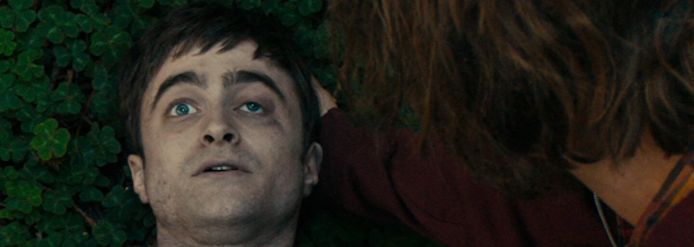 Daniel Radcliffe sa v šialenej komédii stáva prdiacou mŕtvolou a najlepším priateľom Paula Dana