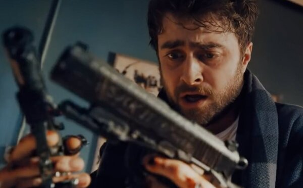 Danielovi Radcliffeovi pripevnili na ruky zbrane. Ak sa nezúčastní šialenej a smrteľnej hry, zabijú ho