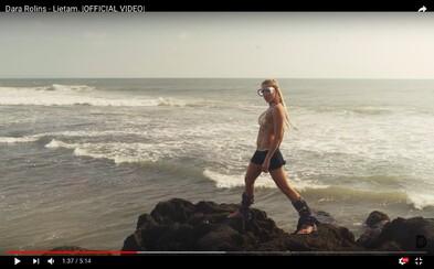 Dara Rolins sa zrieka všetkého nepodstatného a v novom videoklipe ukazuje aj svoje krásne telo v plavkách