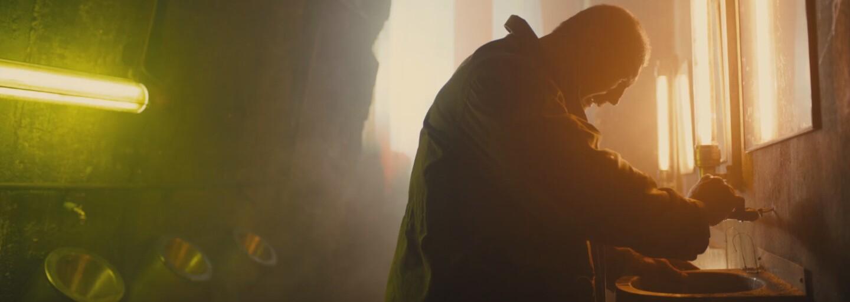 Dave Bautista je v druhom kraťase z Blade Runnera obrovskou horou svalov, ktorá sa nebojí zašpiniť si ruky, aby ochránila slabších