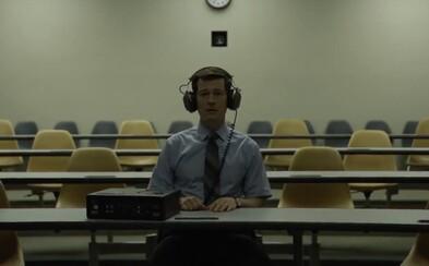 David Fincher a Netflix nás v prvej ukážke mysteriózneho krimi seriálu lákajú do sveta profilovania sériových vrahov