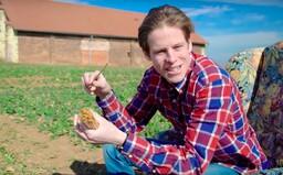 Davida štvala plastová brčka, tak začal vyrábět vlastní ze slámy. Nejsem ekofanatik, ale chci je do celého světa, říká