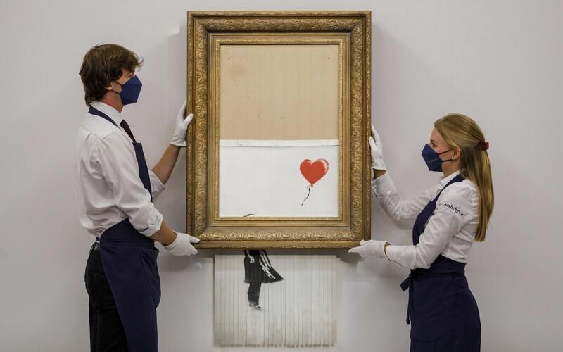Banksy láme rekordy. Jeho dielo, ktoré sa na predošlej aukcii samo skartovalo, predali za neuveriteľných 21 miliónov.