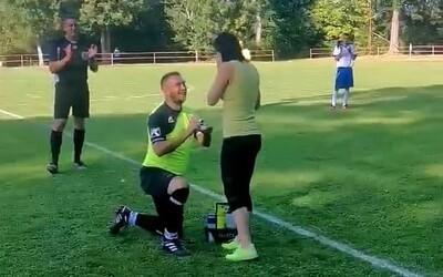Slovák počas futbalu simuloval zranenie. Po príchode zdravotníčky ju požiadal o ruku priamo na ihrisku.