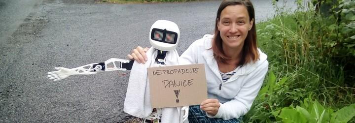Matylda je robot, který stopuje řidiče na českých silnicích. Už vystartoval a sledovat jeho trasu a zážitky můžeš i ty