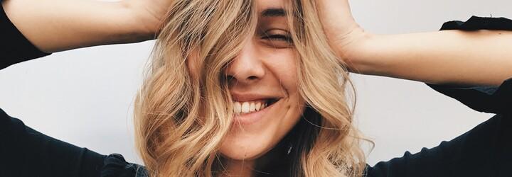 Suché a lámavé vlasy jsou postrachem každé ženy, která se o sebe stará. Co je ideální na roztřepené konečky a jak se vyhnout odbarvování?