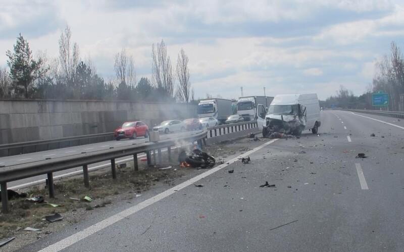 Léčba šokem: Němečtí policisté vytáhli z auta muže, který si natáčel nehodu. Ukázali mu mrtvolu.