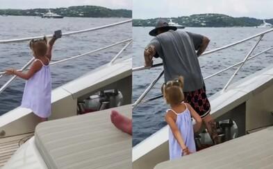 Dcérke sa otec nevenoval, tak mu vytrhla mobil a hodila ho do mora. Pre telefonát jednoducho nemala trpezlivosť