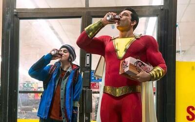 DCEU v zábavnej ukážke predstavuje Shazama, 14-ročného chlapca, ktorý sa vie premeniť na hrdinu so silou Supermana