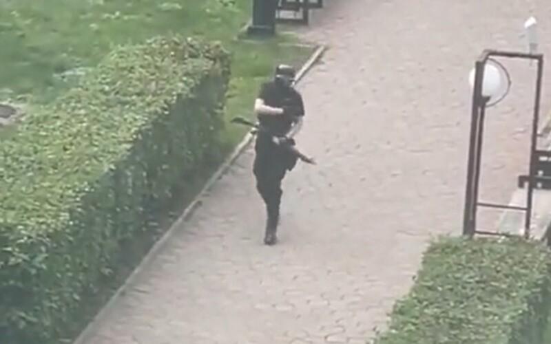 Střelba na ruské škole má údajně 8 obětí. Studenti v panice vyskakují z oken. Střelce zabily speciální jednotky.
