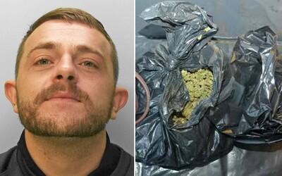 Dealer na sáčky s kokainem vytiskl své jméno. Když ho odsoudili, do vězení chtěl propašovat marihuanu
