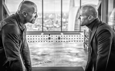 Debutový náhľad na Hobbsa a Shawa je očakávane štýlový. Statham a The Rock majú za sebou prvý týždeň natáčania