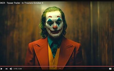 Debutový trailer pre Jokera v podaní Joaquina Phoenixa sľubuje tragický príbeh psychicky narušeného muža