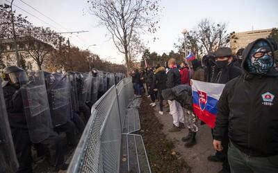 Polícia chce trestať agresívnych chuligánov z protestu počas 17. novembra. Ľudí žiada o nahrávky z mobilov.