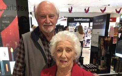 Deduško sa naučil, ako urobiť svojej manželke mejkap ešte predtým, než oslepne. Dnes sa stará o jej vonkajšiu krásu s láskou a bez problémov