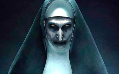 Démonická mníška Valak z hororu V zajatí démonov 2 odhaľuje svoj strašidelný zrod v prvej ukážke z vlastného filmu