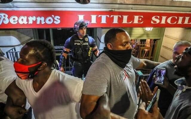 Demonstrace v USA nejsou jen o násilí. Lidé tančí, zpívají, brání policisty a kreativně protestují