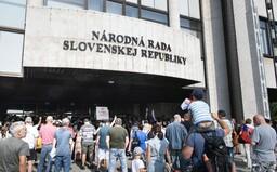 Demonštranti budú možno pred parlamentom stanovať. Zranili policajtku a takmer napadli novinárov