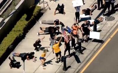 Demonstranti na Floridě dřepovali před soudem. Chtějí, aby se otevřely posilovny