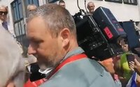 Demonštranti takmer napadli novinárov. Policajti ich museli eskortovať preč