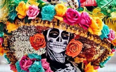 Deň zosnulých je v niektorých krajinách plný radosti. Organizujú sa hostiny, ľudia spievajú či dokonca tancujú s mŕtvolami