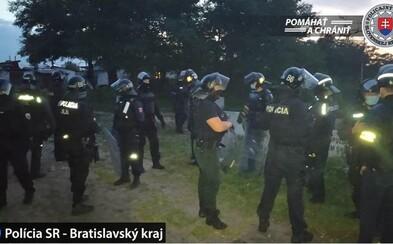 Desiatky policajtov zasahovali pri Bratislave, pobilo sa asi 100 ľudí. Padol aj výstrel do vzduchu