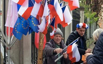 Desítky tisíc Čechů slavily 30 let od sametové revoluce. Národní třídu úplně přetížili (Fotoreport)