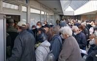 Desivá tlačenica dôchodcov pred nemocnicou v Ružinove. Neorganizovaný dav čakal na očkovanie proti ochoreniu covid-19