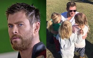 Děti Chrise Hemswortha nedokáží rozlišit svého otce od Thora. Herec jim záměrně neříká pravdu